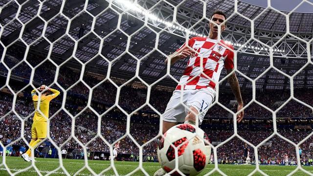 Mandzukic ghi bàn rút ngắn tỷ số xuống 2-4...