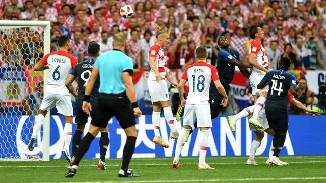 Phút 18 - Bàn thắng: Pháp được hưởng quả đá phạt và Griezmann câu bóng vào trong, bóng chạm đầu Mandzukic bay vào lưới, mở tỷ số 1-0 cho Pháp.