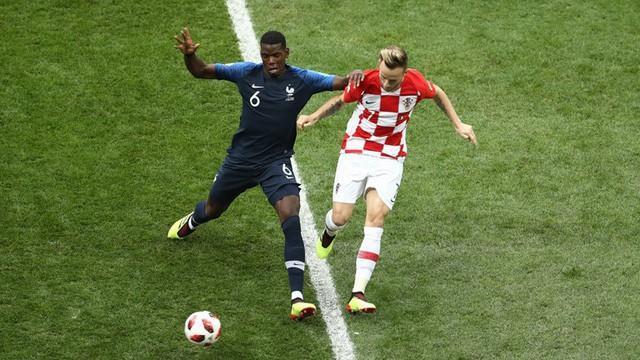 Pogba và Rakitic trong một tình huống tranh chấp