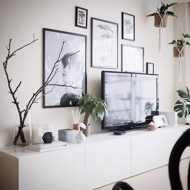 Kệ đựng đồ xinh xắn màu đen nổi bật trong không gian phòng khách.