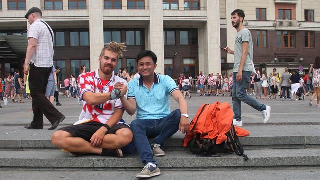 PV Dân trí (phải) bên cạnh cổ động viên Croatia bên ngoài sân Luzhniki trước trận đấu diễn ra