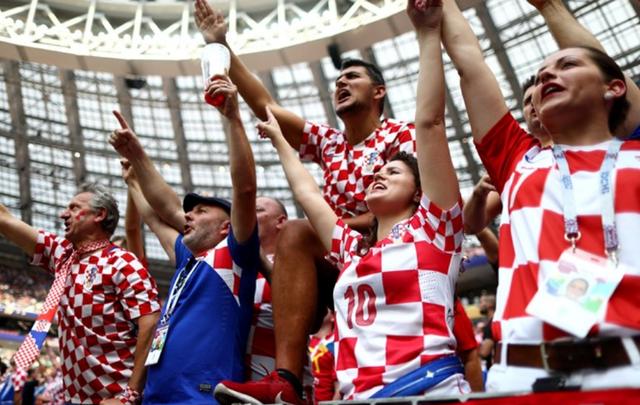 Bầu không khí sôi động của cổ động viên Croatia trên sân Luzhniki