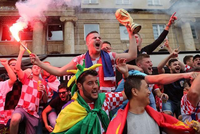 Cổ động viên Croatia đầy khí thế mang theo cúp vàng hướng đến sân Luzhniki