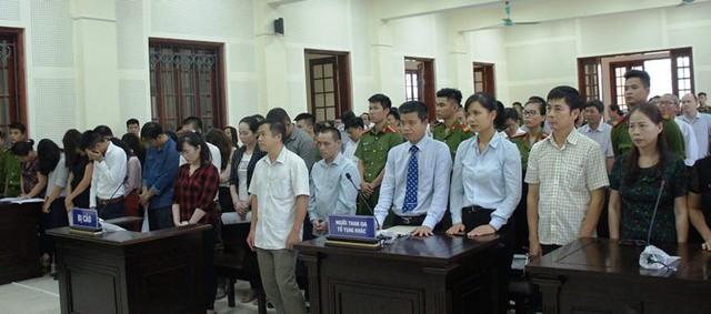 Bị cáo Lam (áo caro đỏ) cùng các bị cáo khác tại phiên tòa.