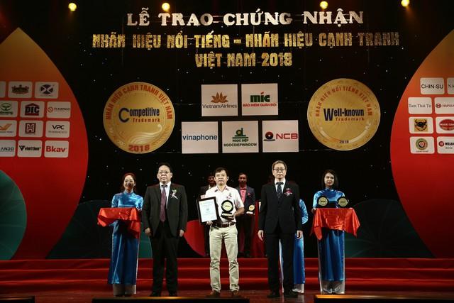 Đại diện frieslandcampina việt nam (đứng giữa) nhận giải thưởng nhãn hiệu nổi tiếng việt nam 2018