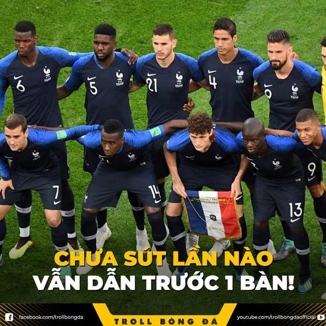 Ở những phút đầu tiên, Pháp dường như có phần yếu thế hơn so với Croatia. Thế nhưng thế trận đã hoàn toàn lật ngược khi đội tuyển Pháp may mắn có được bàn thắng mở tỷ số nhờ pha đánh đầu phản lưới nhà của cầu thủ Croatia - Mandzukic. Ảnh: Troll Bóng Đá.