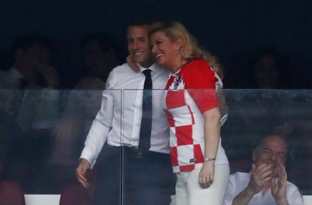 Tổng thống Croatia khoác vai Tổng thống Macron mừng đội tuyển Pháp vô địch World Cup 2018. Ảnh: Twitter.