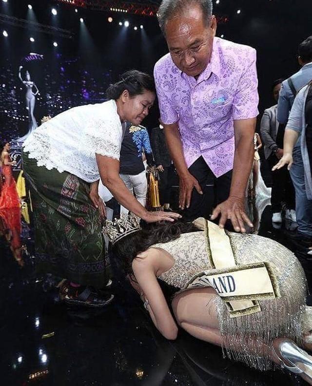 Tân hoa hậu quỳ gối cảm ơn cha mẹ ngay sau khi đăng quang. Ảnh: Twitter.