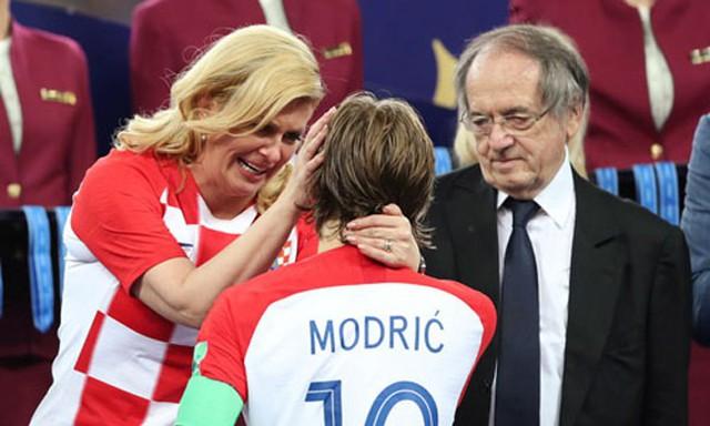 Bà Grabar-Kitarovic an ủi Modric sau trận đấu. Ảnh: Reuters.