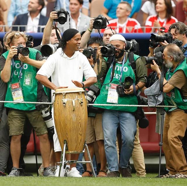 Giới phóng viên thể thao cũng rất hào hứng với sự xuất hiện bất ngờ này. Việc Ronaldinho biểu diễn bế mạc được FIFA giữ kín như một món quà cho người hâm mộ. Trang Twitter của ESPN FC đăng bức ảnh này với dòng chữ: Ronaldinho, thật là một huyền thoại.