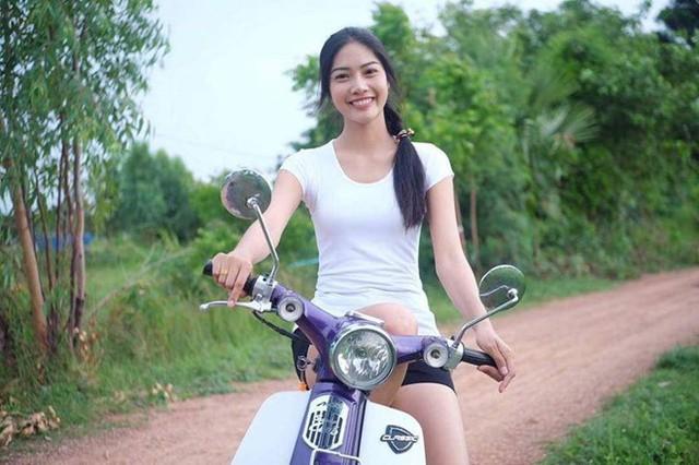 Hình ảnh giản dị của Namoey ở quê nhà tỉnh Phuket trước khi đăng quang Hoa hậu. Ảnh: Instagram.