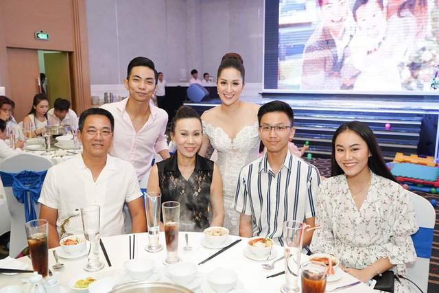 Rất đông anh chị em bạn bè nghệ sĩ đã có mặt tại bữa tiệc mừng chuyện vui của gia đình Khánh Thi - Phan Hiển. Mọi người đều gửi những lời chúc tốt đẹp nhất đến đại gia đình hạnh phúc nhà Khánh Thi.