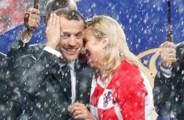 Ông Macron và bà Grabar-Kitarovic đội mưa sau trận chung kết. Ảnh: AFP.