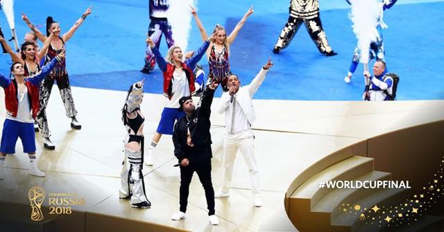Tiếp đó là tiết mục chính trong lễ bế mạc, ca khúc chủ đề World Cup năm nay - Live It Up - với màn biểu diễn của bộ ba Will Smith, Nicky Jam và Era Istrefi.