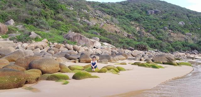 Bãi Môn, có vẻ đẹp quyến rũ bởi bãi tắm được ôm gọn giữa long vách núi. Trên bãi biển, có nhiều những tảng đá phủ rêu tạo nên một sắc màu đặc trưng