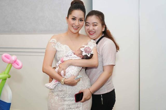 Đây cũng là lần đầu tiên bé Anna được bố mẹ giới thiệu với bạn bè. Được biết, bé Anna ra đời sớm hơn dự kiến nên sau khi chào đời, cô bé đã được chăm sóc đặc biệt trong lồng kính.