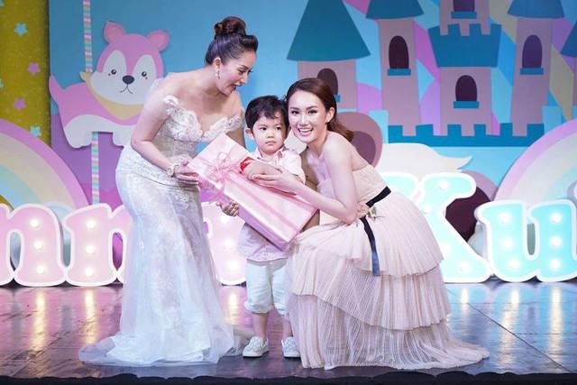 Ku Bin hạnh phúc khi được Ca sĩ Mỹ An - chị họ của bố Phan Hiển tặng quà.