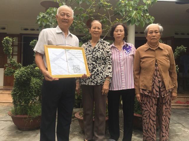 Ông Nguyễn Văn Xít và các chị, em tại nhà từ đường