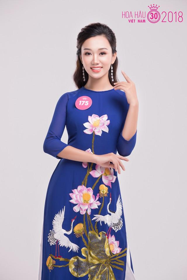 Lê Thị Thu Huyền nổi bật trong họa tiết hoa sen