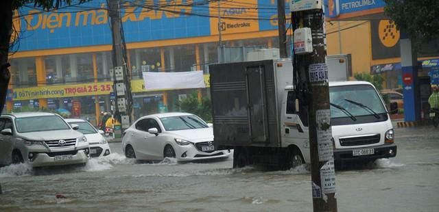 Tuyến đường Minh Khai ngập sâu khiến các phương tiện di chuyển rât chậm.