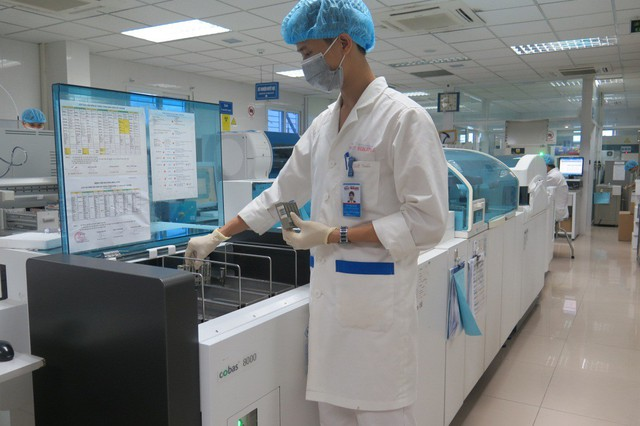 Hệ thống xét nghiệm hiện đại giúp tầm soát các dấu ấn ung thư.