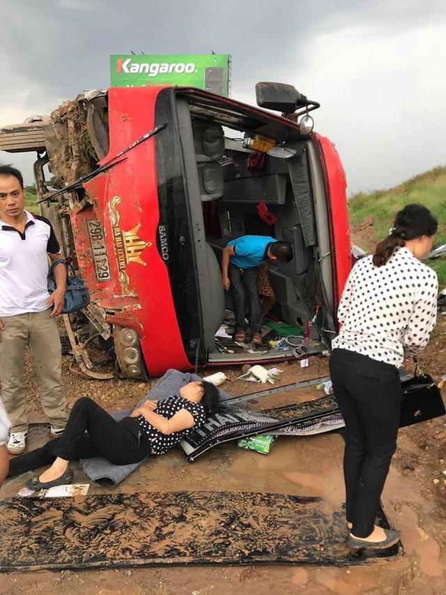 Xe khách gặp nạn trên cao tốc Pháp Vân sáng ngày 18/7 khiến nhiều người trọng thương. Ảnh: TĐ