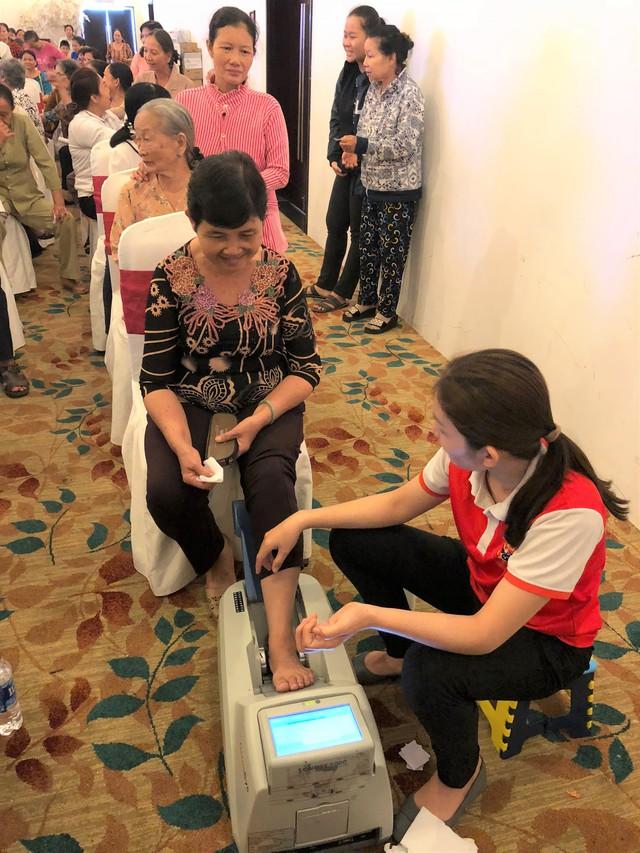 Người cao tuổi được tham gia đo loãng xương miễn phí tại hội thảo