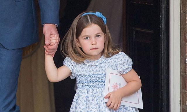 Công chúa nhỏ Charlotte trong ngày lễ rửa tội của em trai mình.