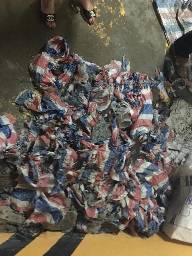 Vải bạt, bê tông vụn vớt từ đáy bể (ảnh do người dân cung cấp)