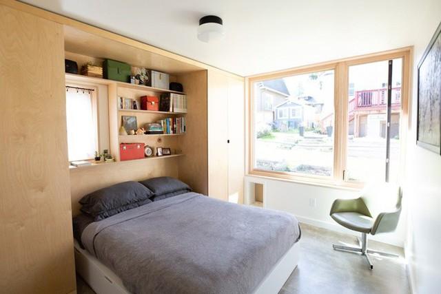 Từ phòng ngủ có thể ngắm nhìn khung cảnh bên ngoài thông qua cửa sổ kính thoáng mát và ngập tràn ánh sáng.