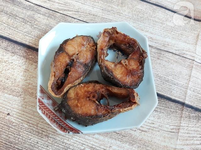 Cá thu làm sạch với muối và nước, cắt khúc vừa ăn, ướp gia vị tầm 10 phút. Đặt chảo dầu ăn lên bếp, lần lượt cho cá vào chiên vàng đều 2 mặt là được.