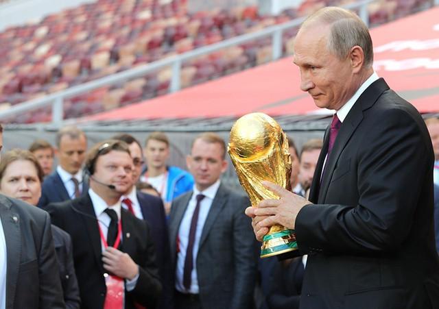 Tổng thống Nga Putin cầm cup Vàng World Cup. Ảnh: Global Look Press.