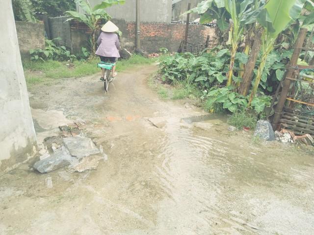 Đường ngập lụt do không có hệ thống thoát nước.