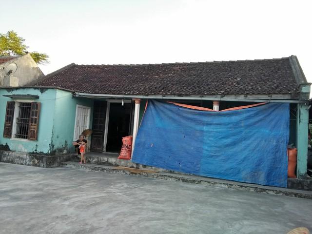 Căn nhà nhỏ, cũ kỹ dột nát mỗi khi gặp mưa lớn, nơi mà hai mẹ con chị Lợi cư trú. Ảnh: Hoa Thạch