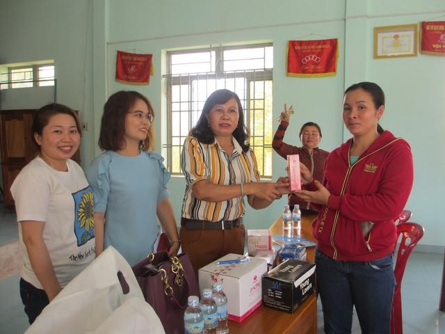 Cán bộ dân số giới thiệu các sản phẩm chăm sóc sức khỏe sinh sản cho phụ nữ thị xã Ninh Hòa, Khánh Hòa. Ảnh: Trang Nguyễn
