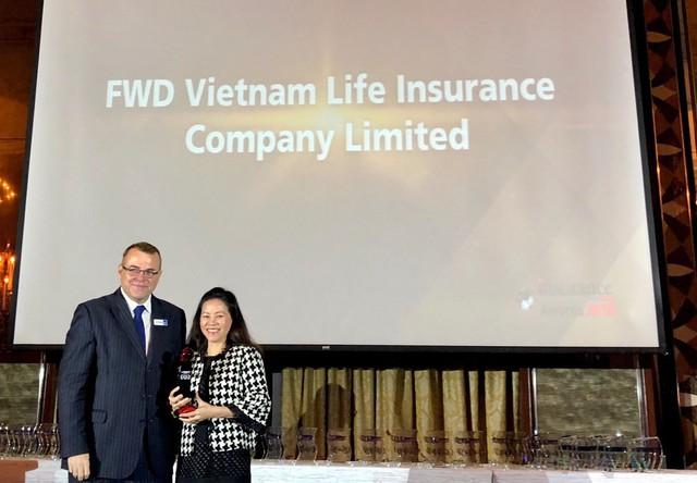 Bà Vương Mỹ Phụng, Phó Tổng Giám đốc FWD Việt Nam nhận giải thưởng từ Ban tổ chức Insurance Asia Awards tại Singapore.
