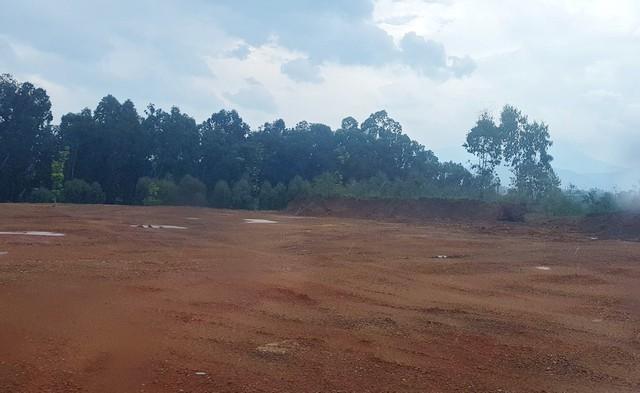 Một khu đồi được san phẳng có diện tích hàng nghìn mét vuông để chuẩn bị thi công dự án mới ngay cạnh khu sản xuất bê tông Phúc Thành