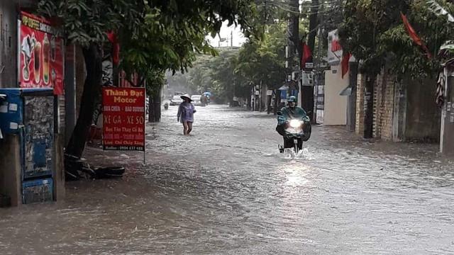 Tuyến đường Nguyễn Văn Hới chưa bao giờ ngập nay cũng đã bị lụt lội. Ảnh: ML