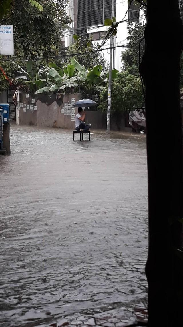 Hành động kỳ quặc giữa trời mưa của một thanh niên