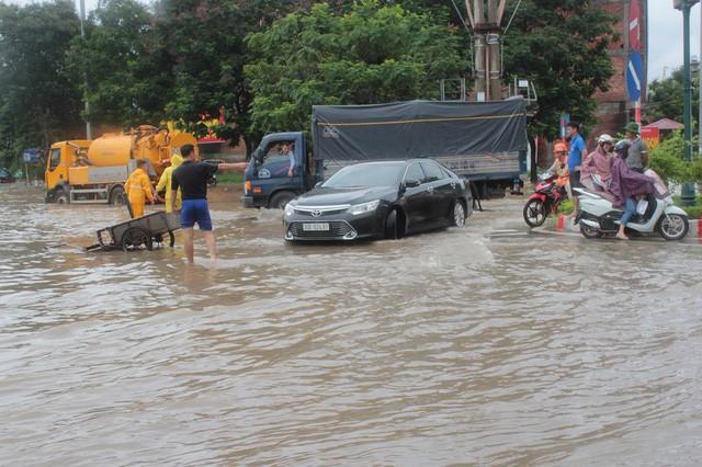 Trận mưa lớn kéo dài trong nhiều ngày đã khiến cho một số tuyến phố ở Hà Nội ngập nặng. Tại khu vực Đại lộ Thăng Long, nước ngập sâu cả mét, các phương tiện ùn ứ không thể di chuyển