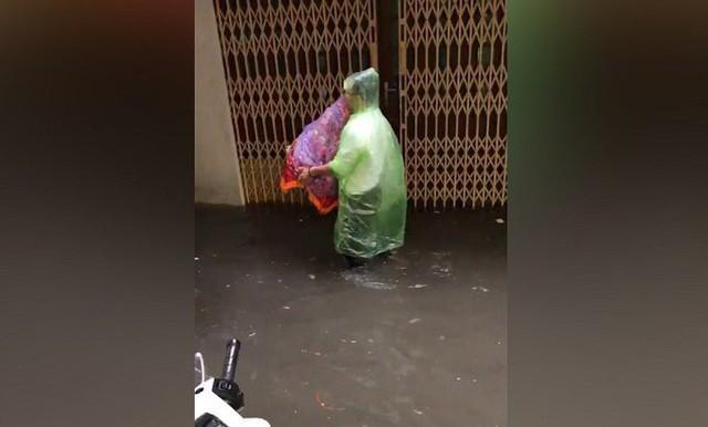 Cả người và tráp lễ vật đều được mặc áo mưa.