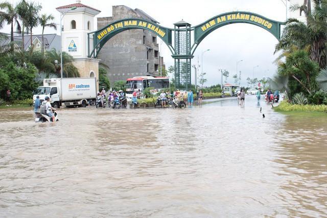 Tính đến 16h ngày 21/7, tại khu đô thị Nam An Khánh và Đại Lộ Thăng Long nước ngập vẫn rất sâu, chưa có dấu hiệu rút.