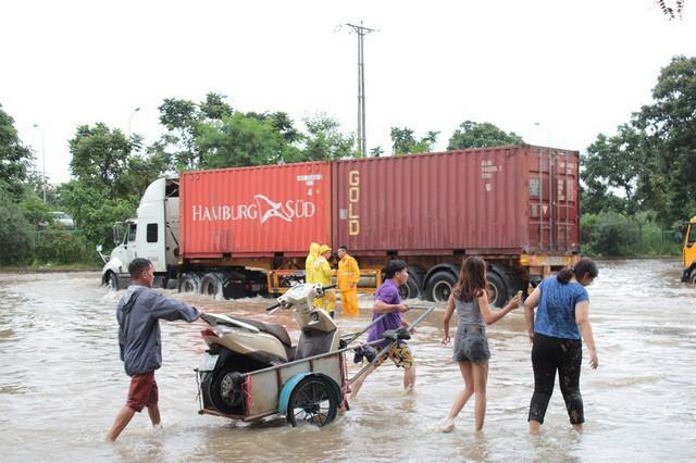 Theo các chủ xe, trung bình trong ngày ngập lụt, mỗi xe ba gác chở được từ 50-100 lượt xe máy. Với giá 50-70 nghìn đồng/ lượt, mỗi chủ xe dễ dàng bỏ túi bạc triệu mỗi ngày.