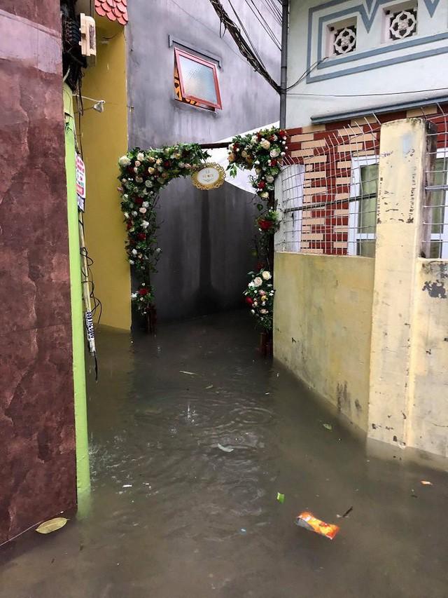 Nước ngập úng trước cổng hoa ăn hỏi. Ảnh: Nhân vật cung cấp.