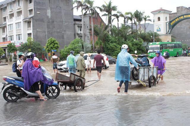 Tình trạng ngập lụt tương tự cũng xảy ra tại khu đô thị Nam An Khánh (Hoài Đức, Hà Nội). Tính đến đầu giờ chiều ngày 21/7, nước vẫn ngập sâu, các phương tiện không thể di chuyển buộc phải thuê xe cứu hộ hoặc xe ba gác.