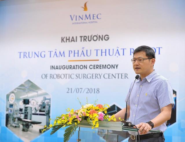 GS Hung – Cheng Lai – Phó Tổng Giám đốc Bệnh viện Shuang Ho, Đại học Y khoa Đài Bắc (Đài Loan) đã đến chúc mừng Trung tâm phẫu thuật robot Vinmec.