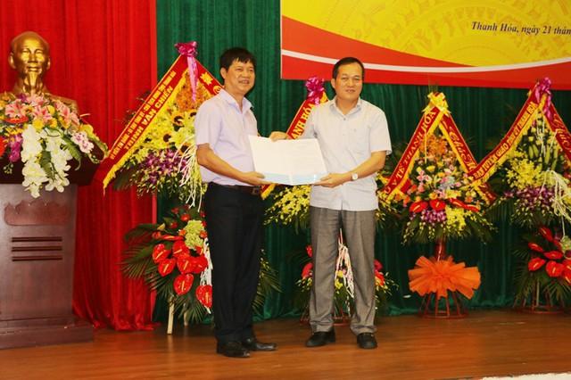 Ông Trịnh Hữu Hùng (bên phải), Giám đốc Sở Y tế Thanh Hóa trao quyết định thành lập Khoa Lão khoa cho lãnh đạo Bệnh viện Nội tiết