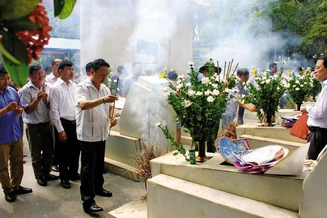 Dâng hương tại ngã ba Đồng Lộc.     Ảnh:H.P