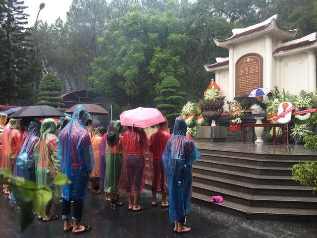 Dâng hương tại ngã ba Đồng Lộc - Hà Tĩnh