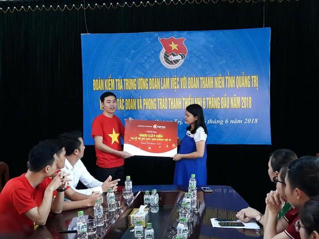 Đồng chí Trần Thị Thu - Phó Bí thư Tỉnh đoàn Quảng Trị tiếp nhận 5.000 cây nến của đoàn kính dâng các anh linh liệt sĩ